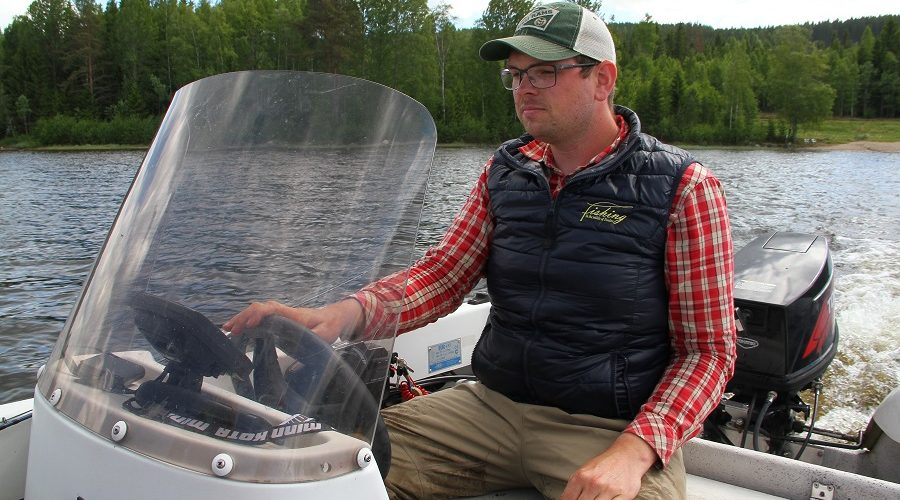 Fims guide Anders guide guests from boat, for both flyfishing and spinfishing for pike and perch!