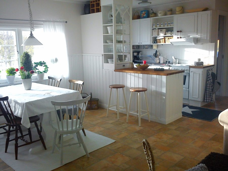 Kitchen and dinnertable.